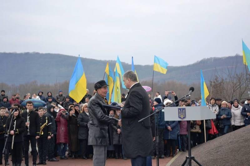Порошенко наградил орденом Свободы президента Гуцульской Республики