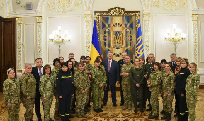 Порошенко нагородив жінок-військових - today.ua