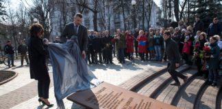 В Киеве возле российского посольства открыли сквер им. Немцова - today.ua