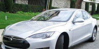 Електромобіль Tesla вилетів у річку в Китаї - today.ua