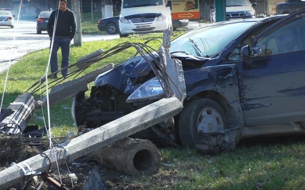 На Хмельниччині пенсіонер на швидкості зніс бетонний стовп - today.ua
