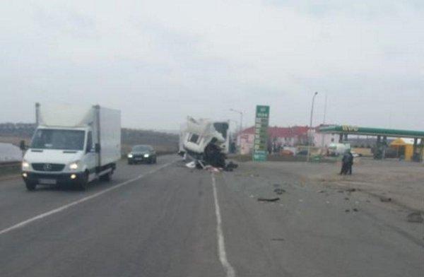 На Миколаївщині зіткнулися дві фури: поранені водії - today.ua