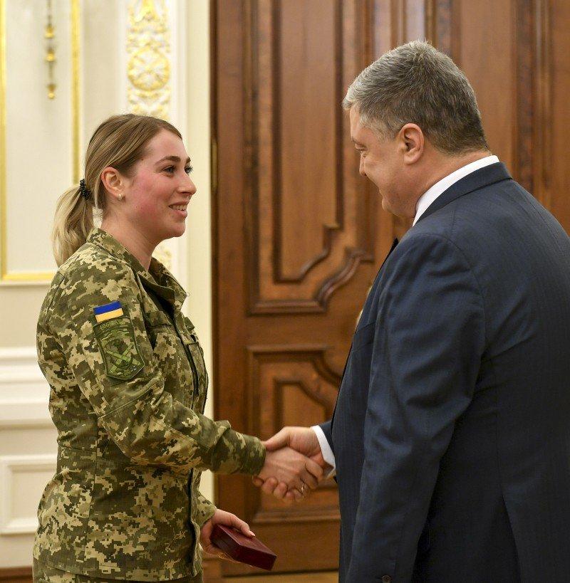 Порошенко нагородив жінок-військових