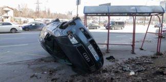 ДТП в Киеве: водитель Audi снес остановку - today.ua