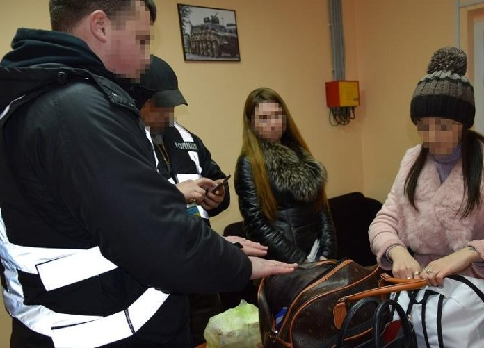 Пограничники убедили украинских девушек не работать в российских борделях - today.ua