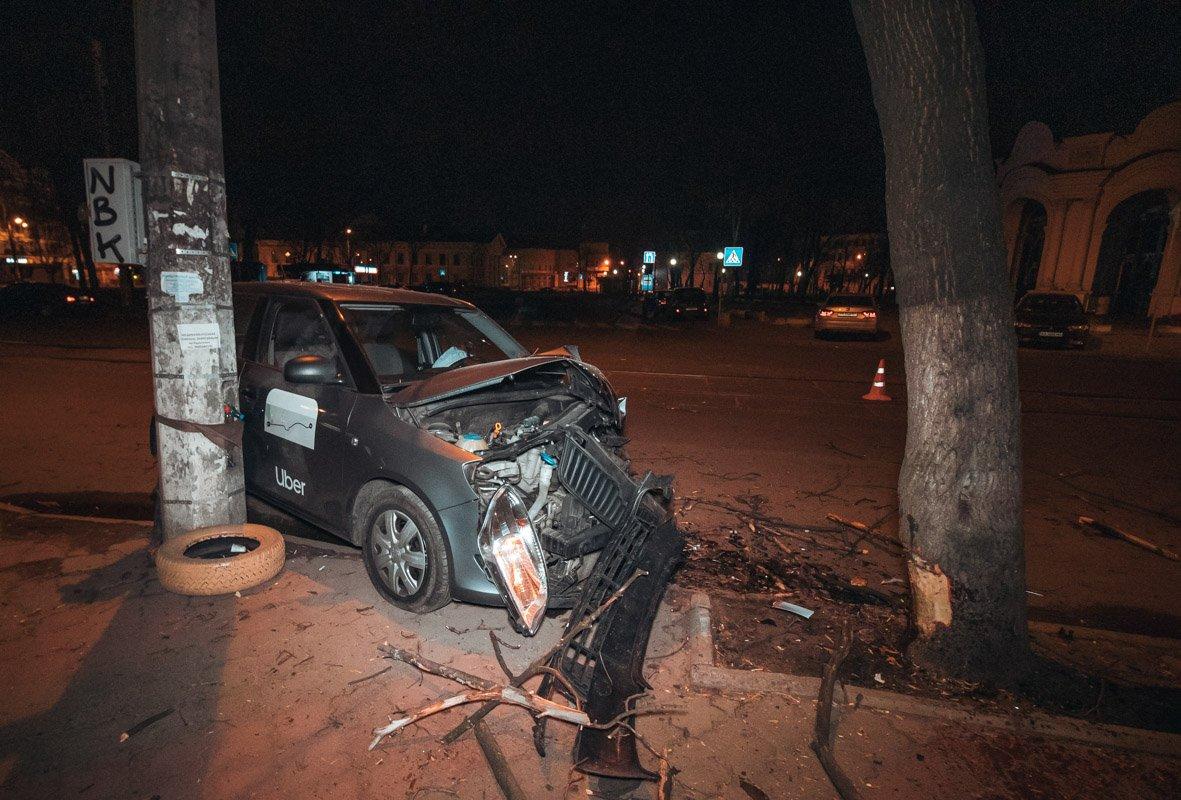 В центре Киева водитель такси уснул за рулем и врезался в дерево - today.ua