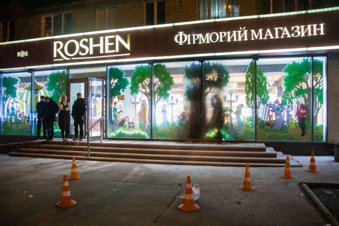 В Киеве подожгли еще один магазин Roshen: опубликовано видео - today.ua