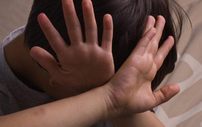 Буллинг в школе: родителей подростка наказали за избиение одноклассника - today.ua