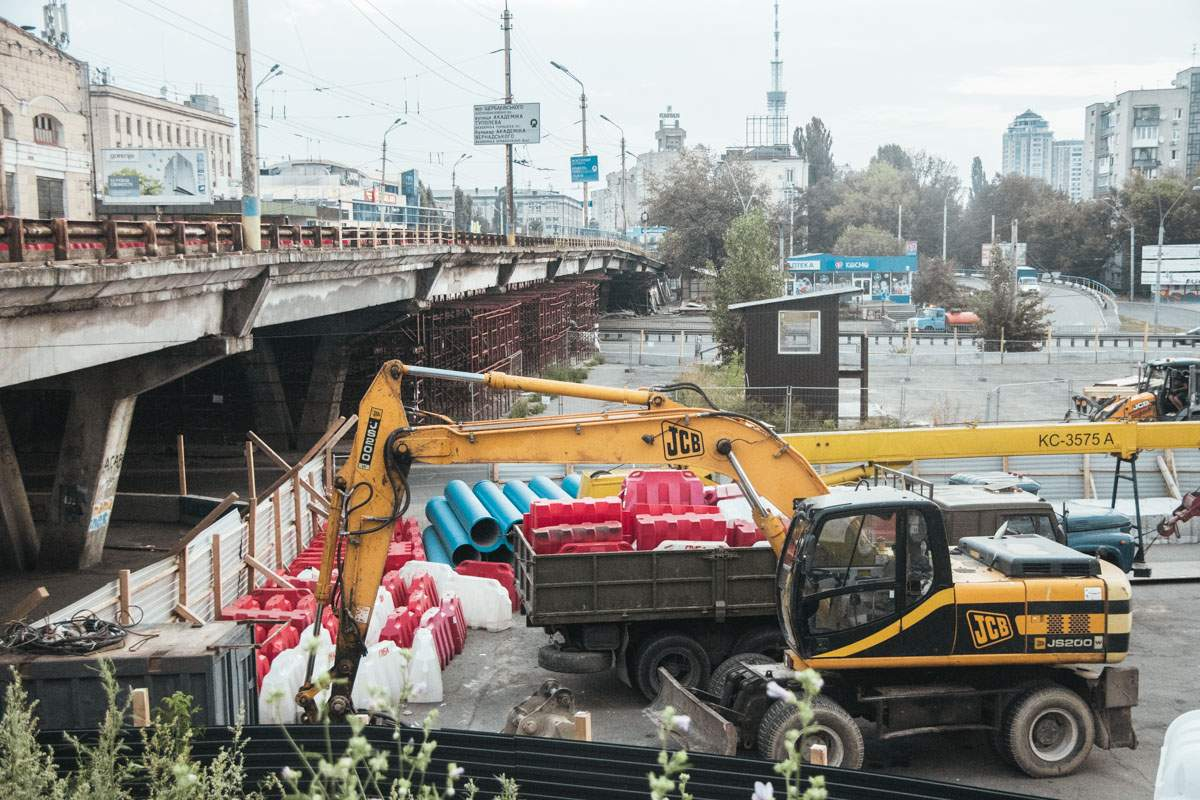 Закриття Шулявського мосту: кияни скаржаться на масштабні затори - today.ua
