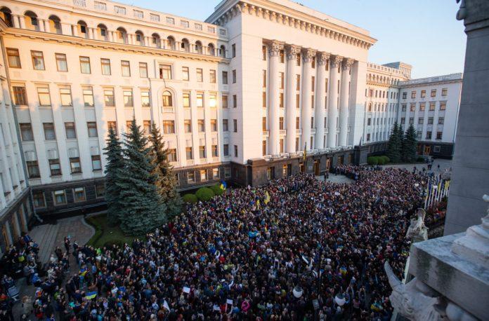 Тысячи людей пришли на Банковую поблагодарить Порошенко за 5 лет президентства - today.ua