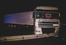 Під Києвом Volkswagen врізався у вантажівку: водій легковика загинув - today.ua