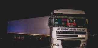 Под Киевом Volkswagen врезался в грузовик: водитель легковушки погиб - today.ua