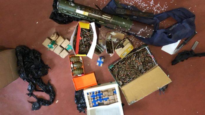 У киевлянина дома нашли настоящий арсенал оружия из зоны ООС: опубликованы фото - today.ua
