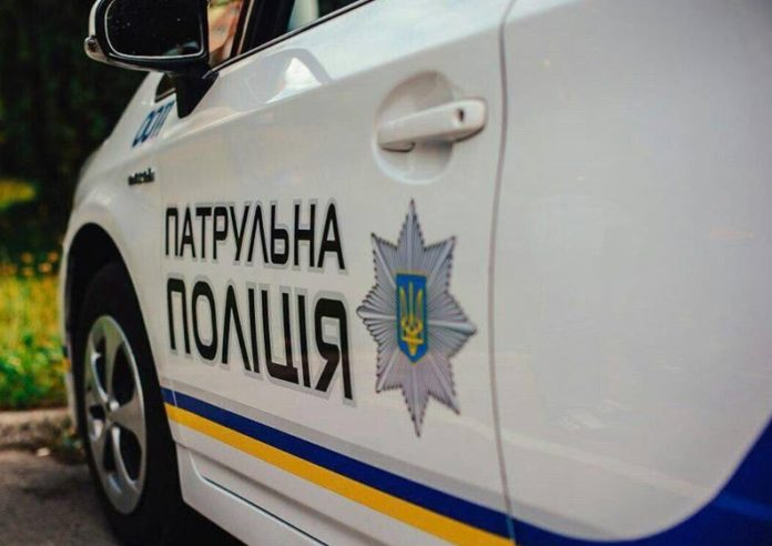 У Рівному 12-річна дівчинка з непристойними жестами пробіглася по авто поліції
