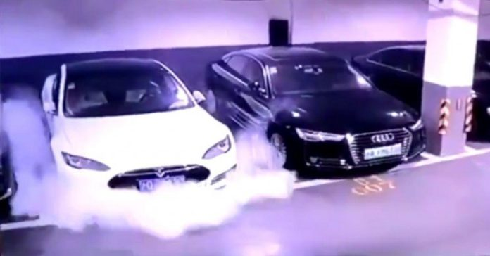 Електромобіль Tesla самовільно загорівся на парковці - today.ua