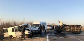 Смертельное ДТП с двумя грузовыми микроавтобусами и маршруткой заблокировало движение под Одессой - today.ua