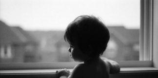 Багатодітній матері, дитина якої впала з шостого поверху, загрожує тривалий термін - today.ua