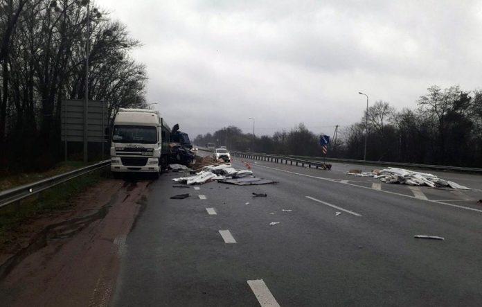 На автошляху Київ-Чоп зіткнулися дві вантажівки: є загиблий - today.ua
