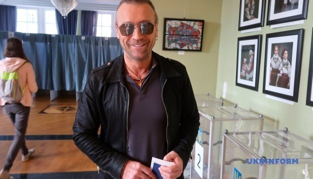 Олег Винник проголосував у посольстві України в Німеччині