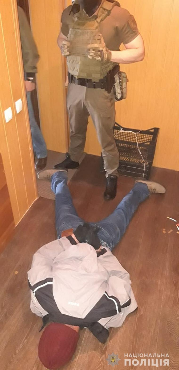 Рецидивист при задержании ударил ножом полицейского