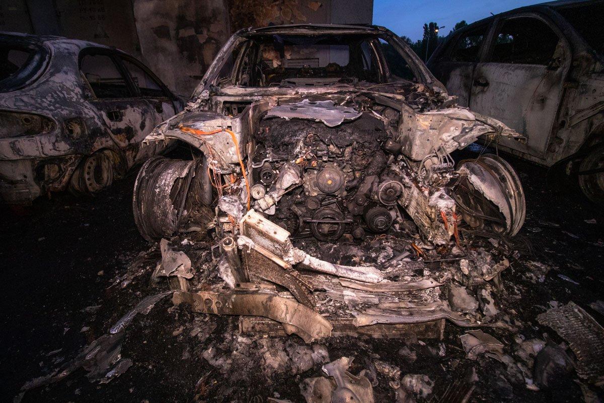 В Киеве ночью сгорели четыре машины