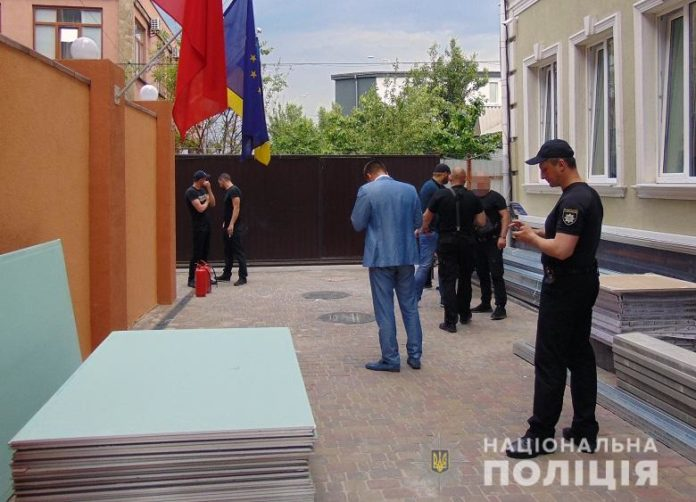 В Киеве люди в балаклавах пытались захватить отель - today.ua