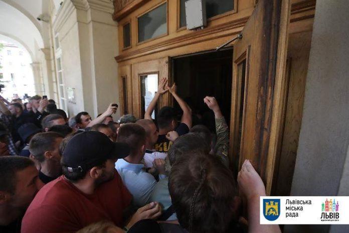 У Львові штурмували міськраду - today.ua