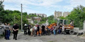 На Харьковщине коммунальщика засосало в колодец канализационного коллектора - today.ua