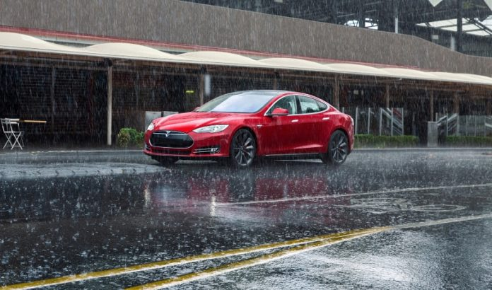 Електрокару Tesla вдалося проїхатися по затопленій вулиці - today.ua