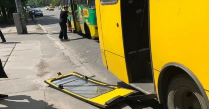 В Киеве у маршрутки на ходу отвалилась дверь: появилось фото - today.ua