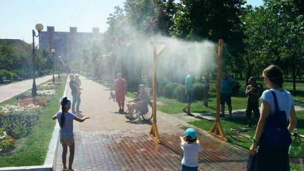 В киевских парках из-за сильной жары установили водяные арки