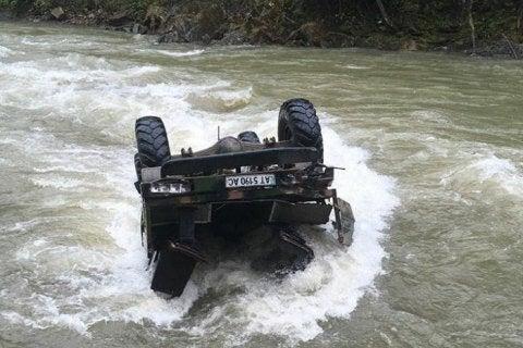 На Закарпатье грузовик упал в реку: погибли 5 человек