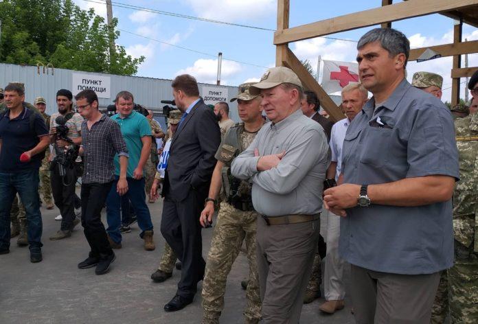 Кучма спостерігав, як біля Станиці Луганської розбирали бліндажі ЗСУ - today.ua