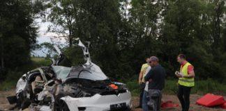 Tesla под Киевом попала в смертельное ДТП: опубликованы фото - today.ua