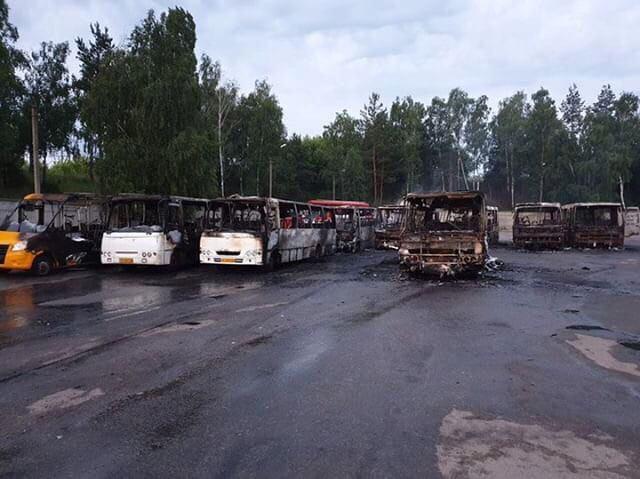 Під Києвом вночі згорів автобусний автопарк: опубліковані фото - today.ua