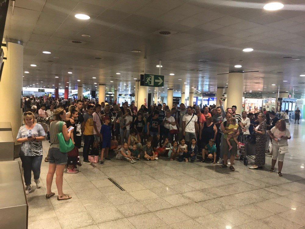 Українські туристи на добу застрягли у Барселоні через поломку літака SkyUp