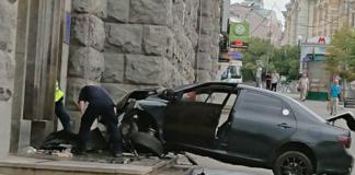 У Харкові Toyota таранила будівлю міськради: з'явилося відео - today.ua