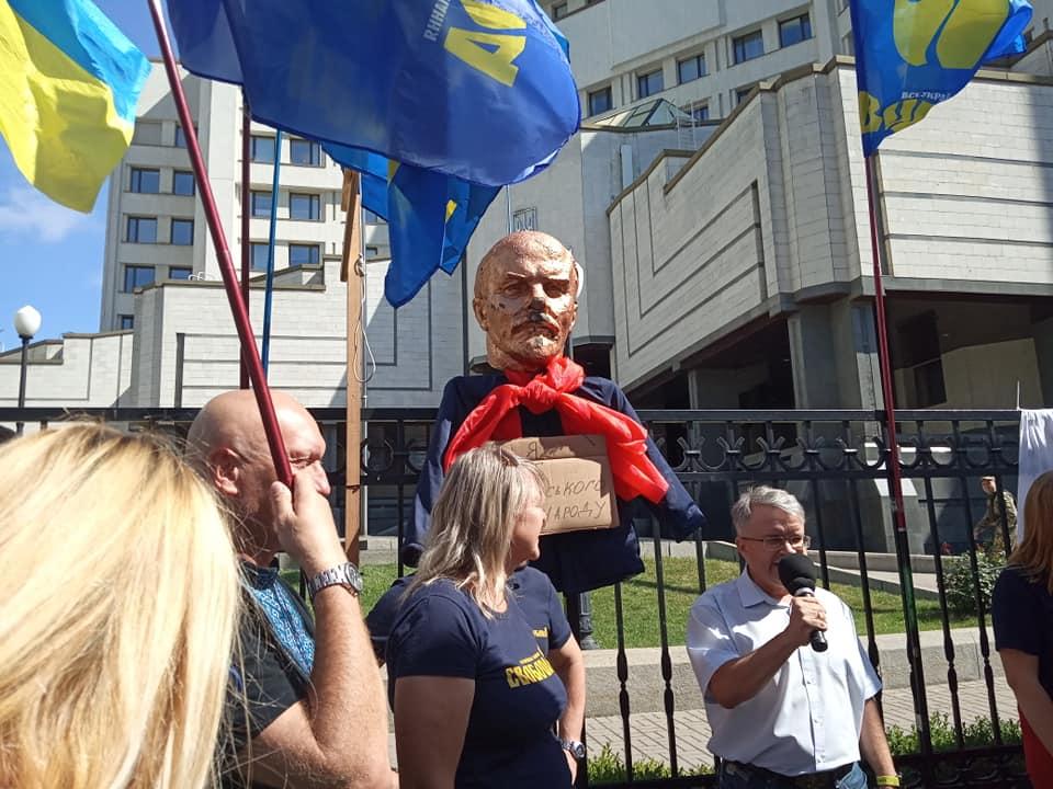 Мітинг під КСУ: між активістами почались сутички, ламають прапори - today.ua