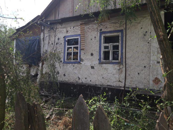 Террористы снова стреляют по мирному населению: разрушено 7 домов - today.ua