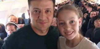 """Селфі зі школярами та вчителькою: як Зеленського зустріли на борту літака в Одесу"""" - today.ua"""