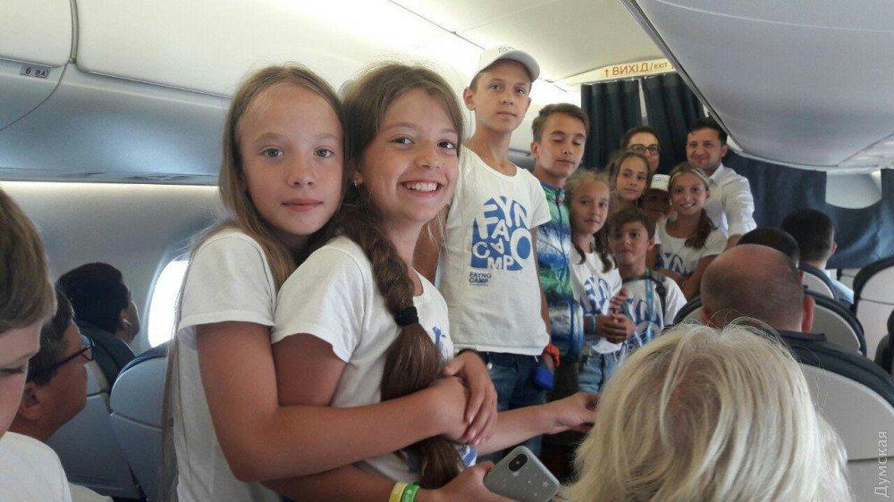 Селфи со школьниками и учительницей: как Зеленского встретили на борту самолета в Одессу