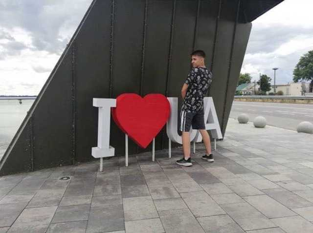 &quotЩоб він тобі відсох, бидло&quot: Син депутата від партії Порошенка помочився на композицию I love UA - today.ua