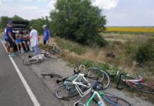 Моторошна аварія під Миколаєвом: авто влетіло в групу юних спортсменів-велосипедистів (відео) - today.ua