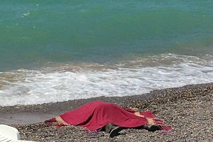 З гирею на шиї: У Криму на берег винесло тіло кримського татарина (фото) - today.ua