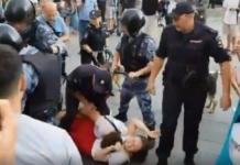 """""""Путін - ху*ло!"""": У мережі показали звірства силовиків під час розгону акції протесту в Москві - today.ua"""