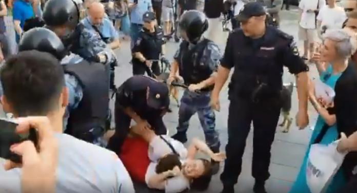 &quotПутін - ху*ло!&quot: У мережі показали звірства силовиків під час розгону акції протесту в Москві - today.ua