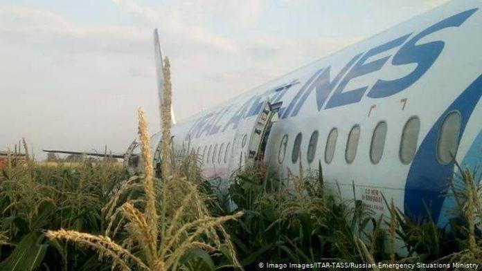 Летел в Крым, но недолго: в России самолет совершил экстренную посадку в поле из-за возгорания двигателя - today.ua