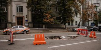 Біля Офісу президента провалився асфальт: через величезну яму перекрито дорогу - today.ua