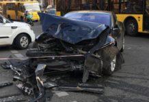 У центрі Києва Range Rover зіткнувся з Tesla і вилетів у пішоходну зону: постраждали чотири людини - today.ua