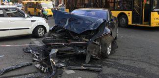 """В центре Киева Range Rover столкнулся с Tesla и вылетел в пешеходную зону: пострадали четыре человека"""" - today.ua"""